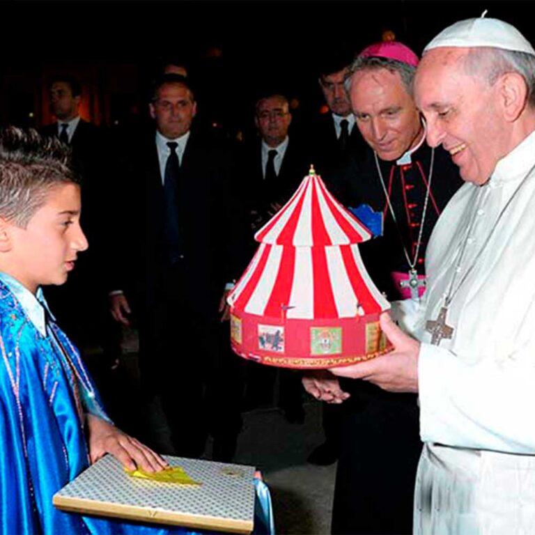 Read more about the article Giovane recordman del trapezio regala modellino di circo a Papa Francesco